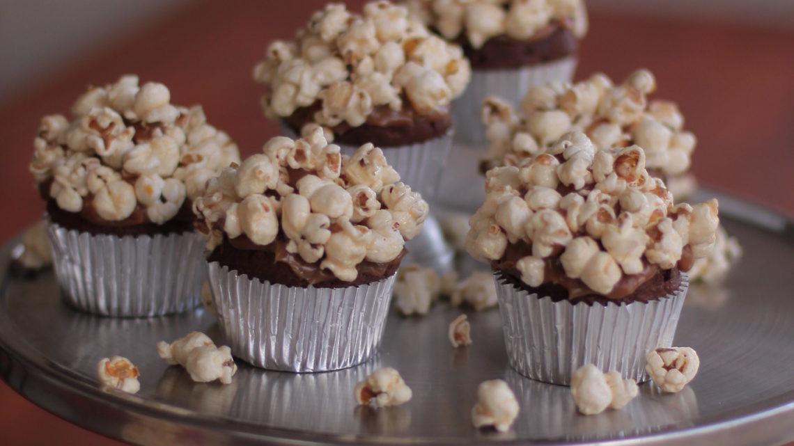קאפקייק שוקולד בקרמל שוקולד מלוח ופופקורן של קונדיטור מייקל יטברק. צילום וסטיילינג: אושרה מלצר