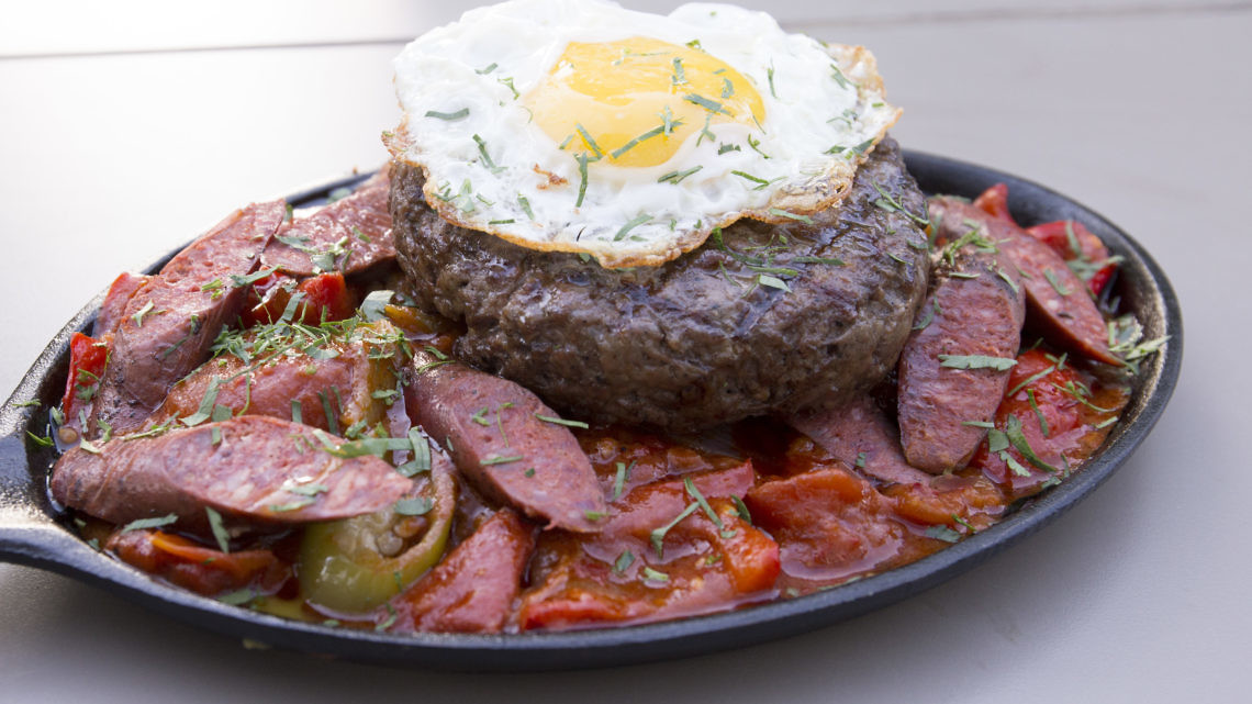 המבורגר שקשוקה של אילן פנחס ובני נקווה. צילום: רמי זרנגר
