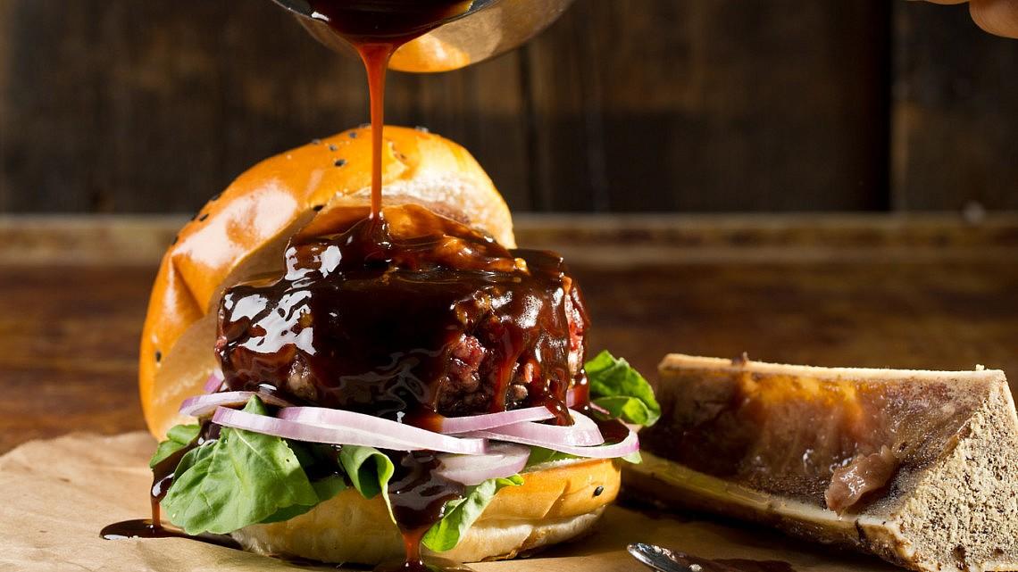המבורגר עם אסאדו ברוטב יין של גיא גמזו צילום: בועז לביא