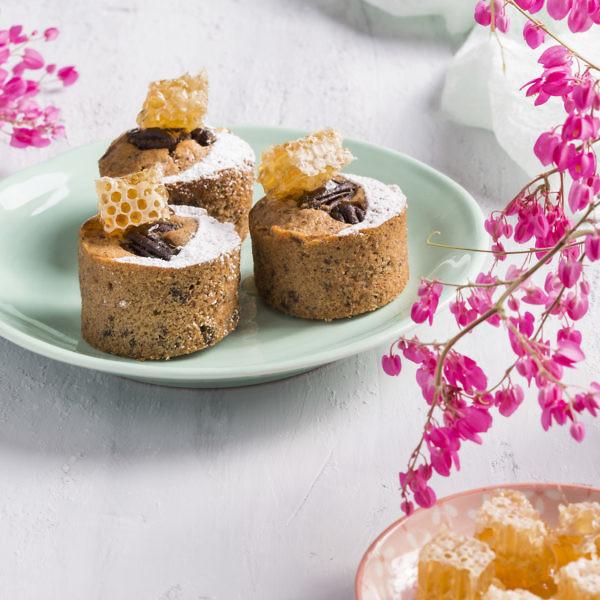 קאפקייקס חלת דבש ופקאנים מסוכרים של שף קונדיטור אורן בקר. צילום: אסף אמברם. סטיילינג: לירון ברקן