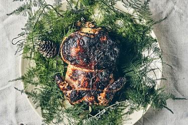 עופיון צלוי ממולא בתפוחי עץ, טלה וביצים קשות של שף פליקס רוזנטל. צילום: אמיר מנחם. סטיילינג: דיאנה לינדר