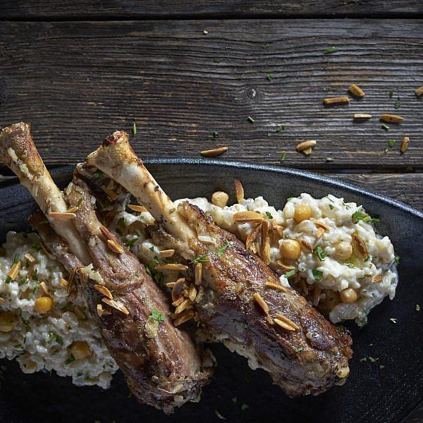 תבשיל כבש עם קישק (יוגורט מיובש), גרגירי חומוס ובצל של שף סאלח כורדי. צילום: אנטולי מיכאלו. סטיילינג: אינה גוטמן