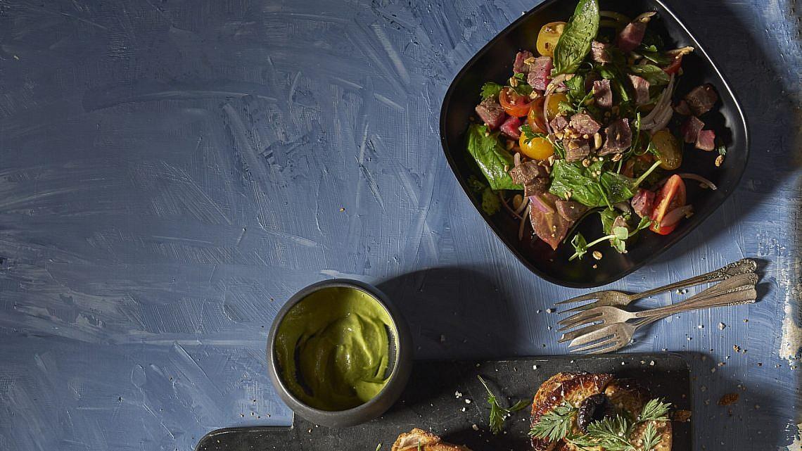 סלט סינטה, עגבניות וירוקים של הוויסקי בר. צילום: אנטולי מיכאלו. סטיילינג: ענת לבל