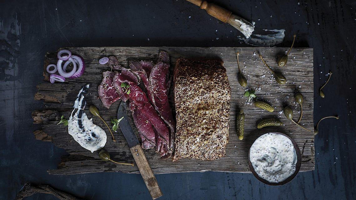 פסטרמה בקר של שף אלעד לוי ושף נדב נצר. צילום: בן יוסטר. סטיילינג: נעה קנריק