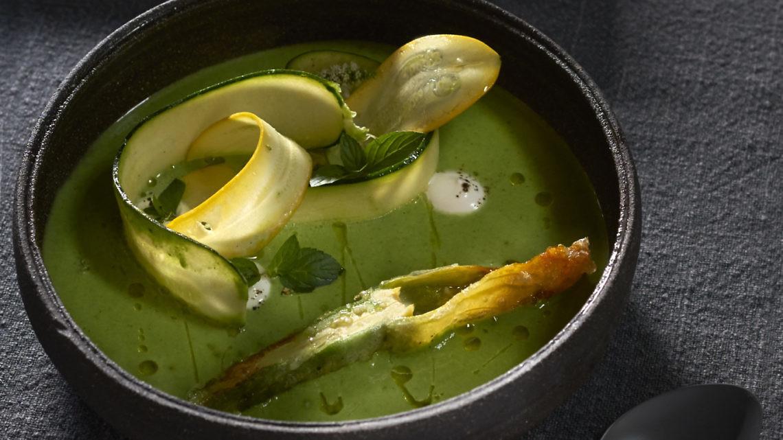 גספצ'ו זוקיני של שף עומר אבישר. צילום: אנטולי מיכאלו. סטיילינג: ענת לבל