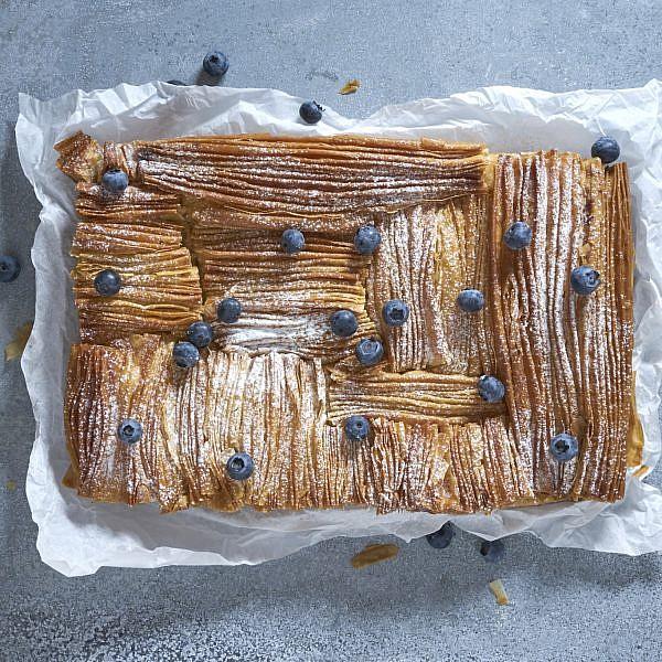 עוגת פילו עם ריקוטה, סולת ואוכמניות של תמר לוי. צילום: אנטולי מיכאלו. סטיילינג: נעמה רן