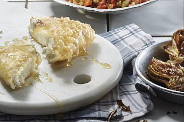 גבינת פטה בבצק בירה ודבש של שף קובי בכר. צילום: אנטולי מיכאלו. סטיילינג : דלית רוסו
