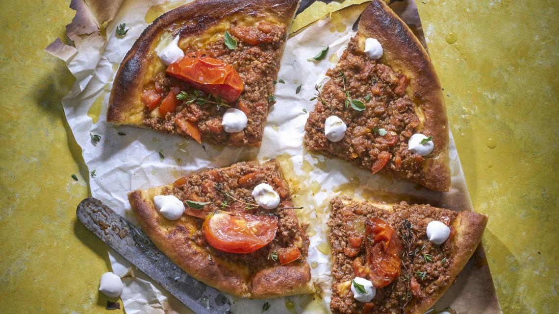 פיצה-ספיחה עם בשר כבש של שאדי בשארה. צילום: אנטולי מיכאלו. סטיילינג: אינה גוטמן