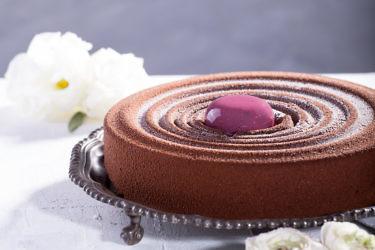 עוגת מוס שוקולד מריר במגוון מילויים של שף עופר גל. צילום: שרית גופן. סטיילינג: אינה גוטמן