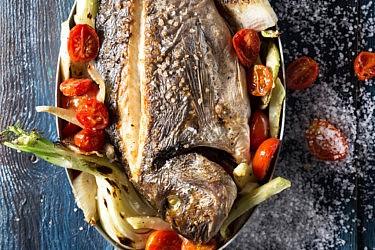 דניס שלם בתנור עם קולרבי ושומר של מסעדת בני הדייג. צילום: שרית גופן. סטיילינג: אינה גוטמן