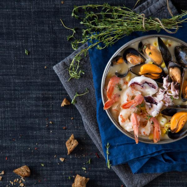 צ'אודר פירות ים ותירס של גוצ'ה. צילום: שרית גופן. סטיילינג: ענת לבל