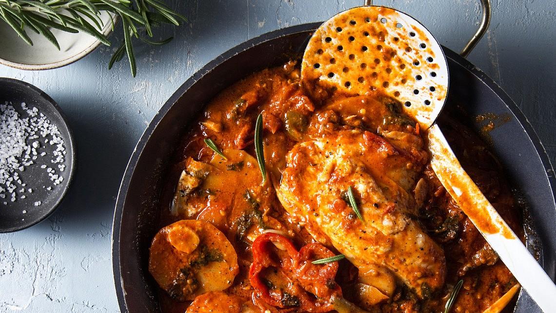 תבשיל פילה דניס בתפוחי אדמה ופלפלים של מסעדת בני הדייג. צילום: שרית גופן. סטיילינג: אינה גוטמן