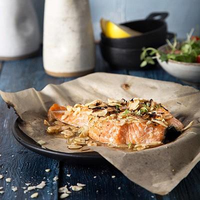 פילה סלמון בקראסט שקדים של מסעדת בני הדייג. צילום: שרית גופן. סטיילינג: אינה גוטמן