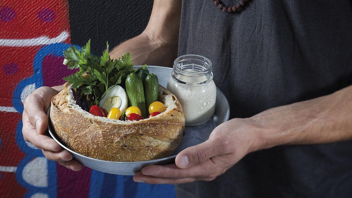 סביח בכיכר לחם של ענת לבל. צילום: אנטולי מיכאלו. סטיילינג : ענת לבל