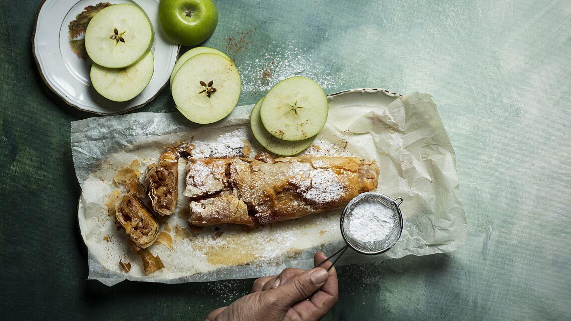 שטרודל תפוחי עץ של אורית מושקוביץ. צילום: בן יוסטר, סטיילינג: דלית רוסו