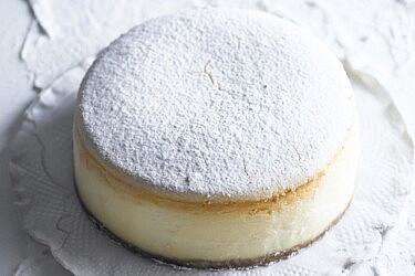 עוגת גבינה קלאסית של מיכל מנדלסון. צילום: רונן מנגן, סגנון: דלית רוסו