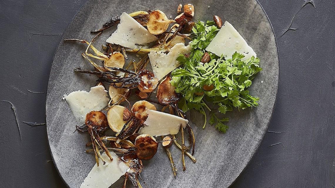 לפתות צלויות עם גבינת תום עיזים של שף איתן וננו. צילום: אנטולי מיכאלו. סטיילינג: ענת לבל