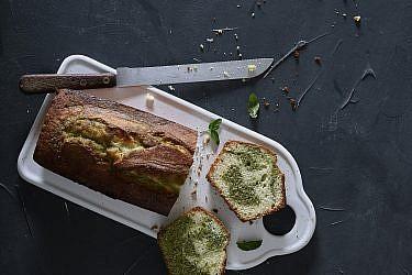 עוגת שיש יוגורט, לימון ונענע של שף-קונדיטור עמית ליברמן. צילום: אנטולי מיכאלו. סטיילינג: ענת לבל
