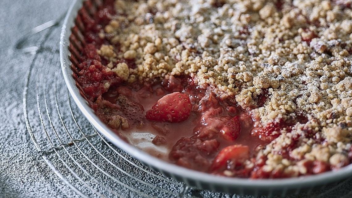 קרמבל תותים עם תבלינים ופקאנים של שף-קונדיטור עמית ליברמן. צילום: אנטולי מיכאלו. סטיילינג: ענת לבל