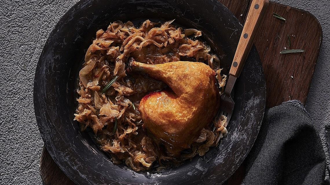 עוף צלוי בכרוב ובצל של שף עידו פיינר. צילום: אנטולי מיכאלו. סטיילינג: ענת לבל