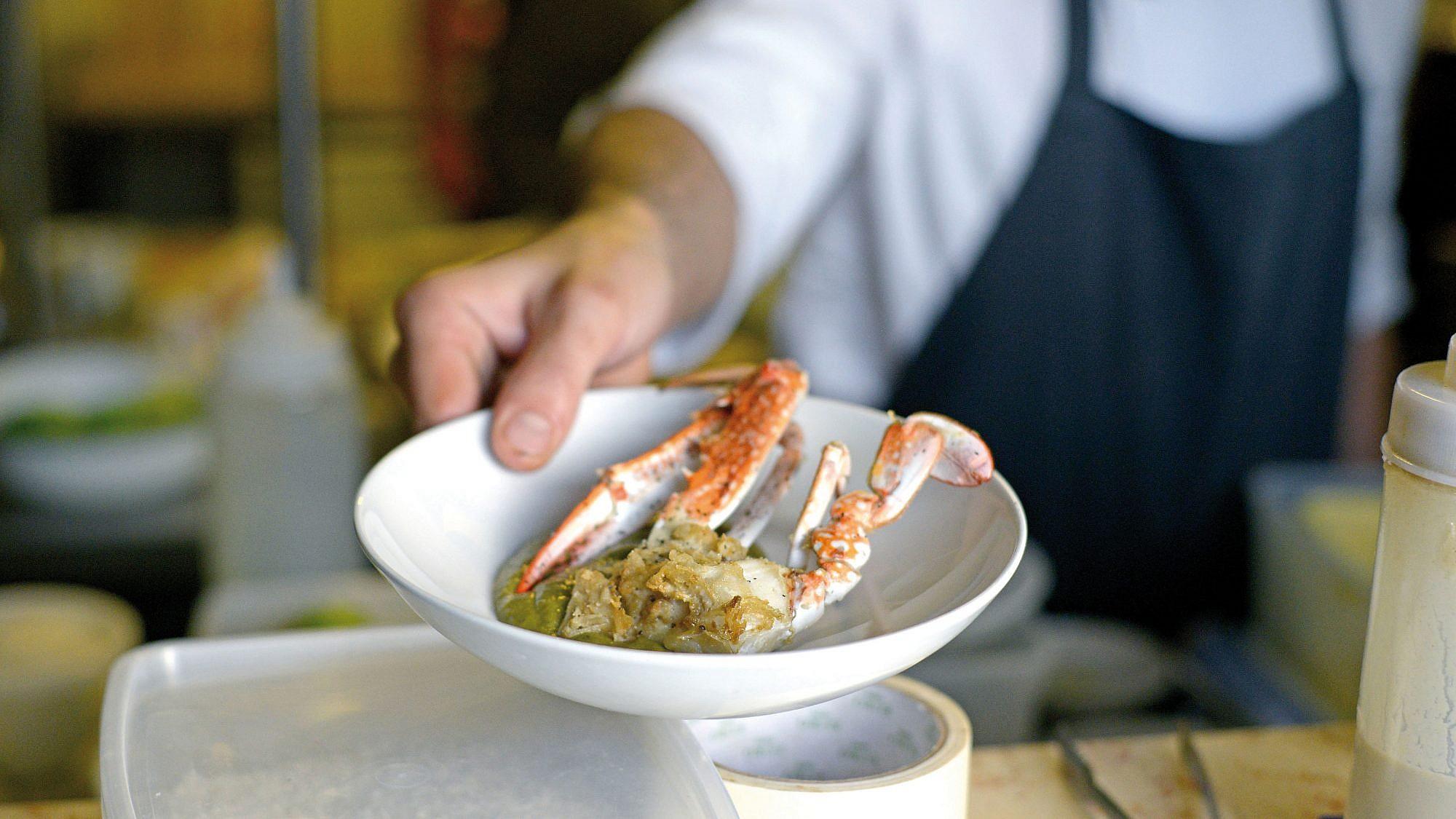 סרטנים ברוטב חמציץ של שף עידו קרמקסקי. צילום: רן בירן