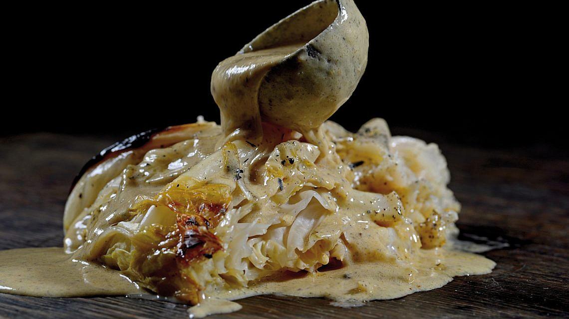 מלפוף צלוי עם קרם חמאה שרופה של שף עידו קרמסקי. צילום: רן בירן