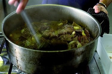 תבשיל ראש וריאות של שף אליעזר מזרחי (מחניודה). צילום: רן בירן