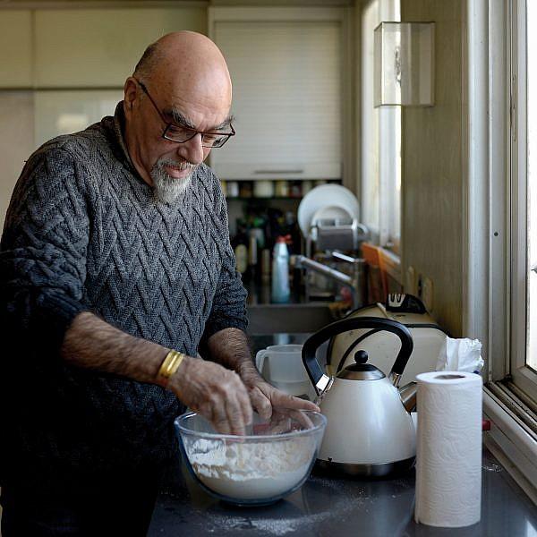 אהרוני מכין גיוזה. צילום: רן בירן