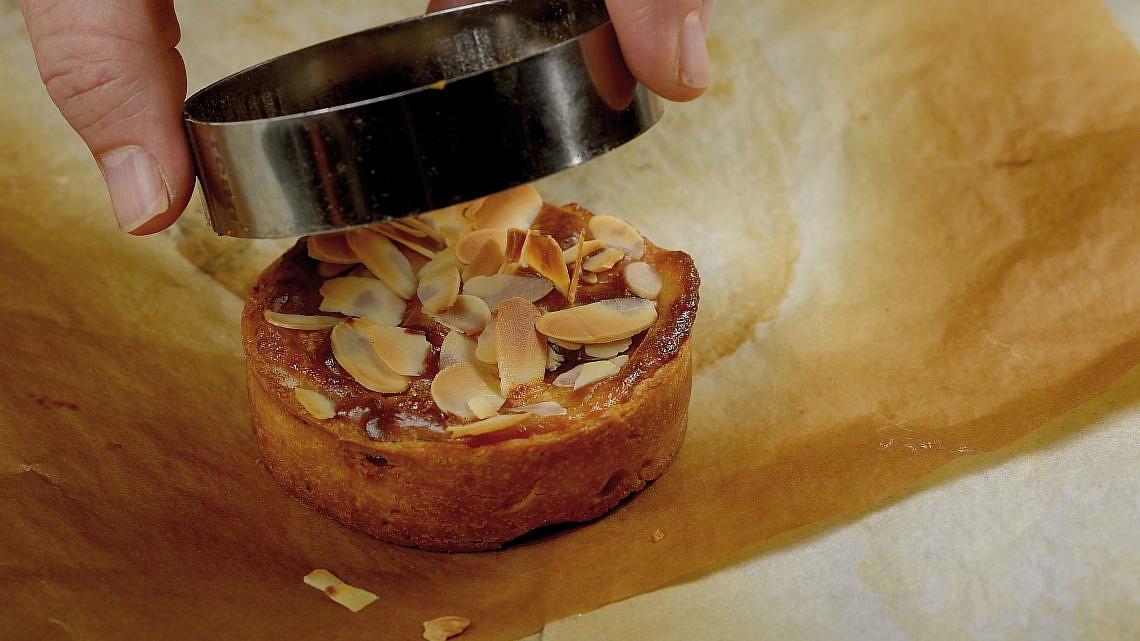 טארט נורמנדי של שף קונדיטור ענר צלאל. צילום: רן בירן