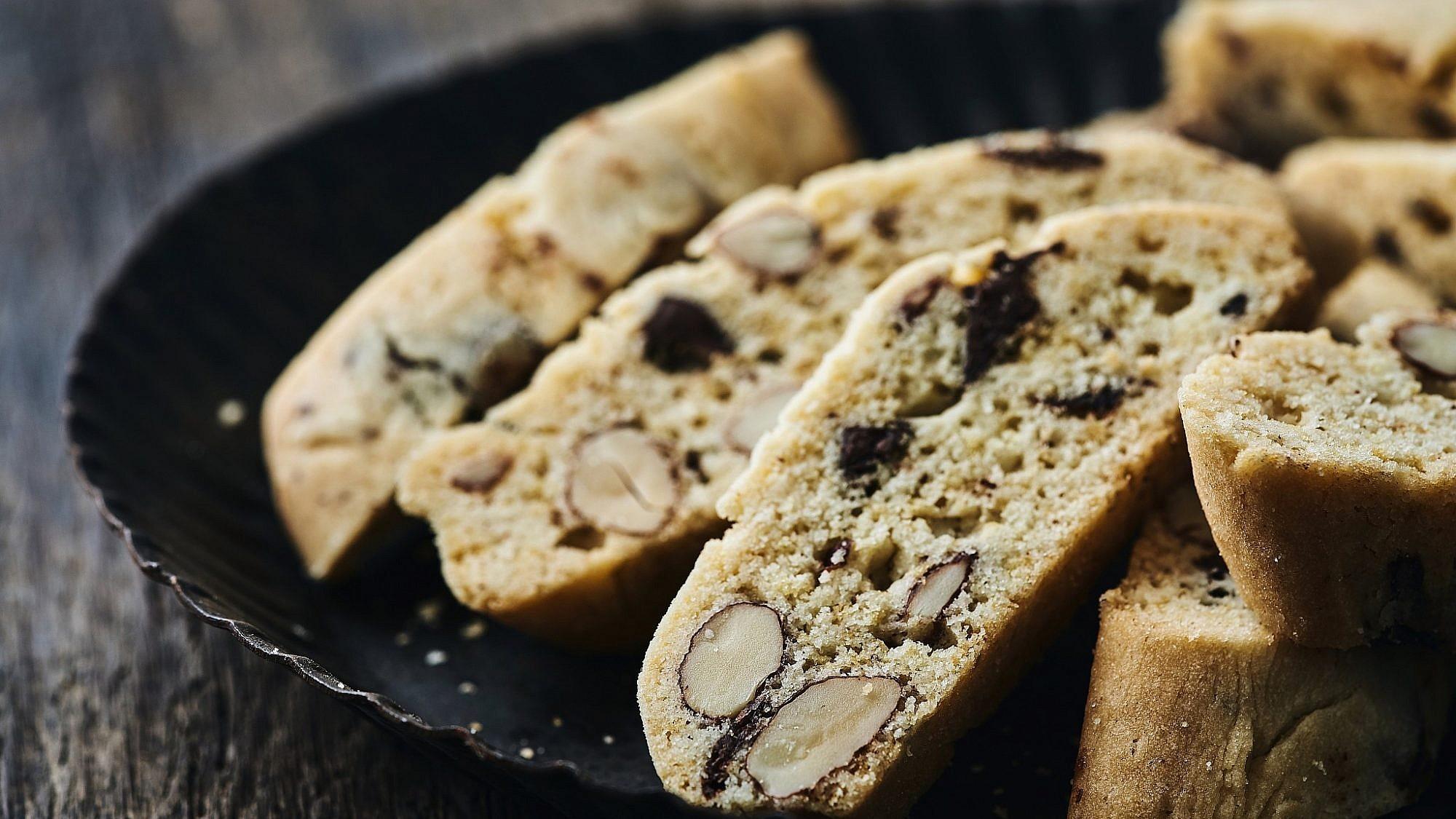 עוגיות ביסקוטי שוקולד ושקדים של שף קונדיטור רביבה אפל. צילום: אמיר מנחם, סטיילינג: ענת לבל