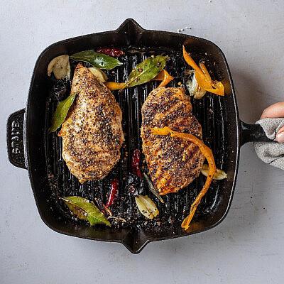 חזה עוף צלוי בחלב שקדים, לימון פרסי וכוסברה של רינת צדוק. צילום: חיים יוסף