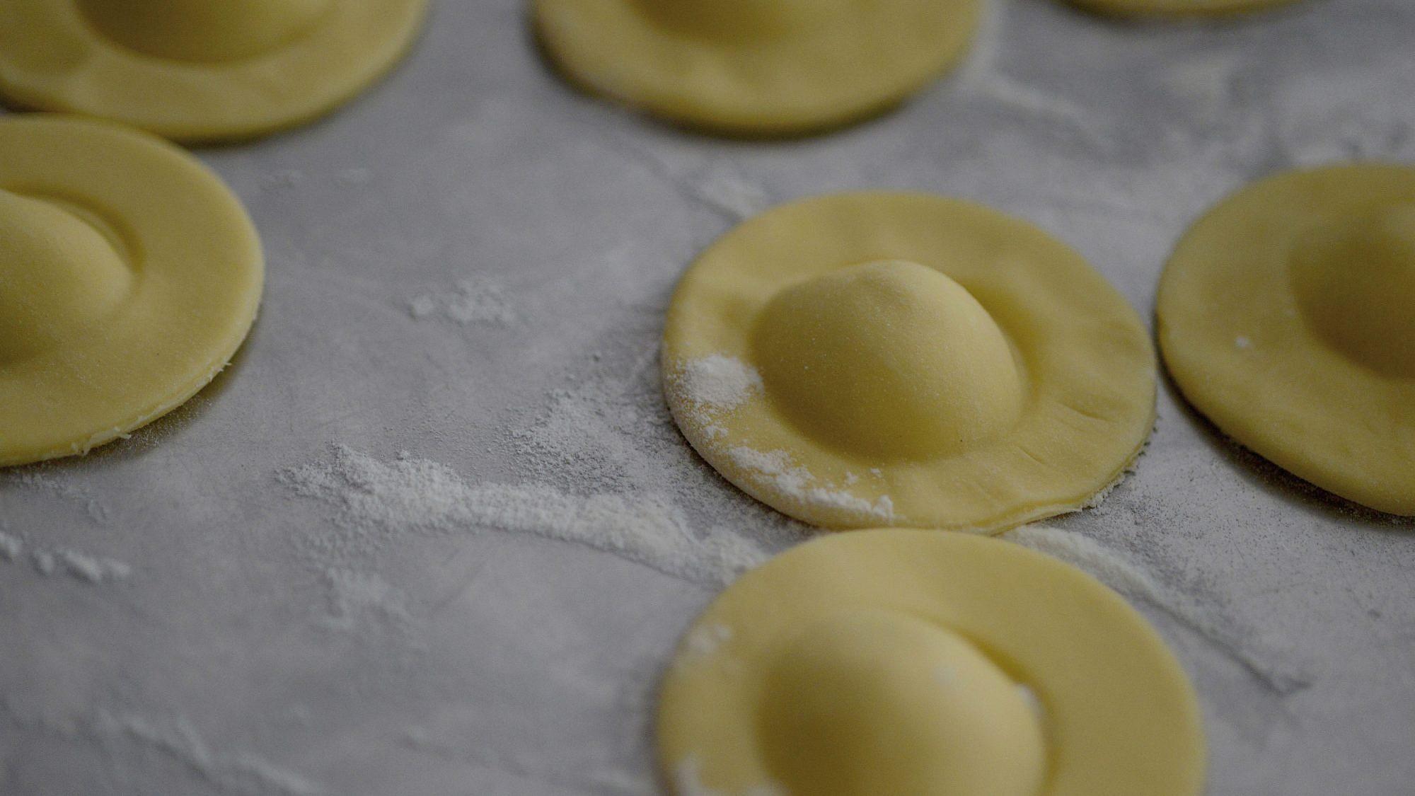 רביולי סרטנים של שף איתן ונונו. צילום: רן בירן