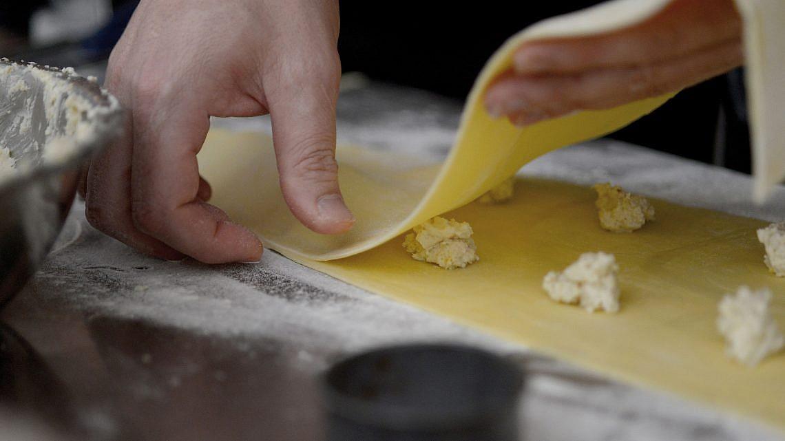 הכנת פסטה של איתן ונונו. צילום: רן בירן