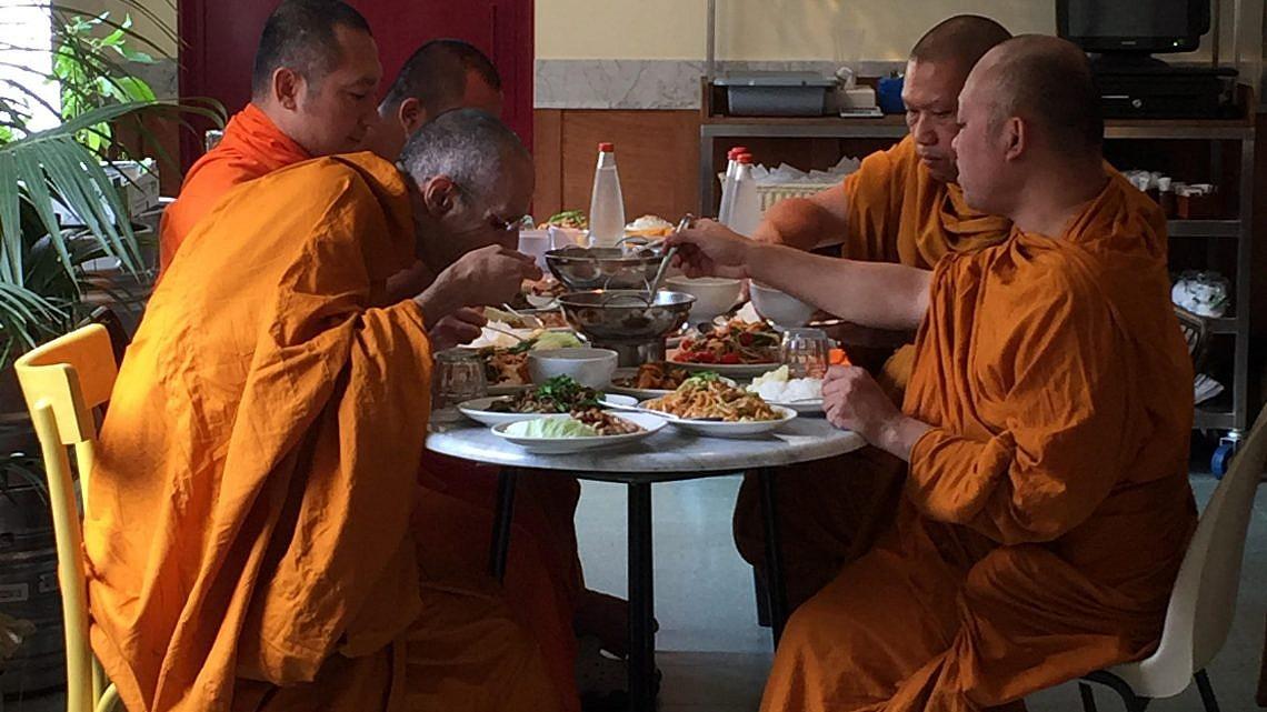 נזירים אוכלים במסעדת התאילנדית בסמטת סיני. צילום: צבי גרוס