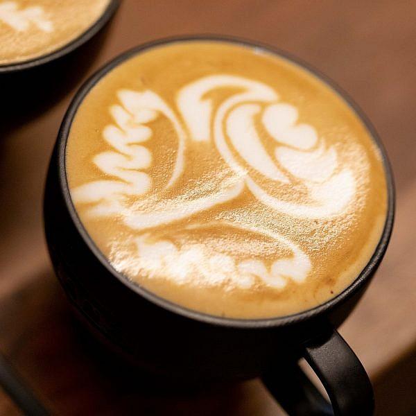 השם הכי חם היום בעולם הקפה לאטה ארט של אגנסקא (אגא) רוז'יווסקא. צילום: דין אהרוני