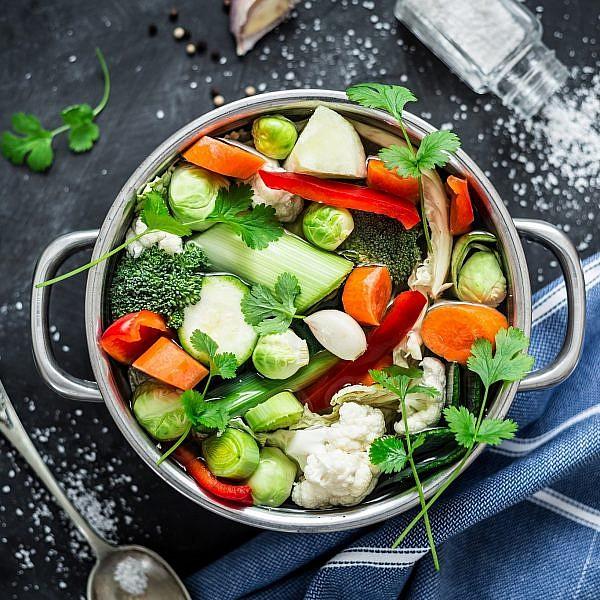 הכנת ציר ירקות. צילום: shutterstock