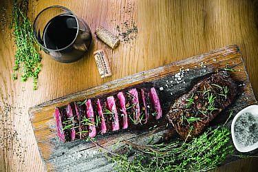 צלי של סינטה בתנור של שפים חביב משה, מאיר אלאלוף ויומי לוי. צילום וסטיילינג: נופר בוגנים