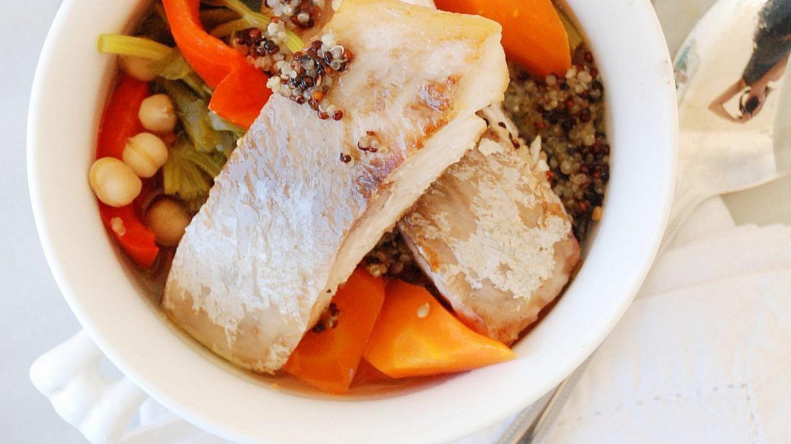 """""""קוסקוס"""" קינואה, דגים ומרק שורשים של פאולין שובל. צילום: מרי משקוץ. סטיילינג: פאולין שובל"""