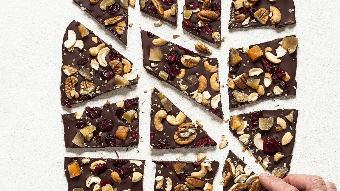 חטיפי שוקולד, פירות יבשים ואגוזים (Chocolate Bark) של תום פרנץ. צילום וסטיילינג: אפיק גבאי