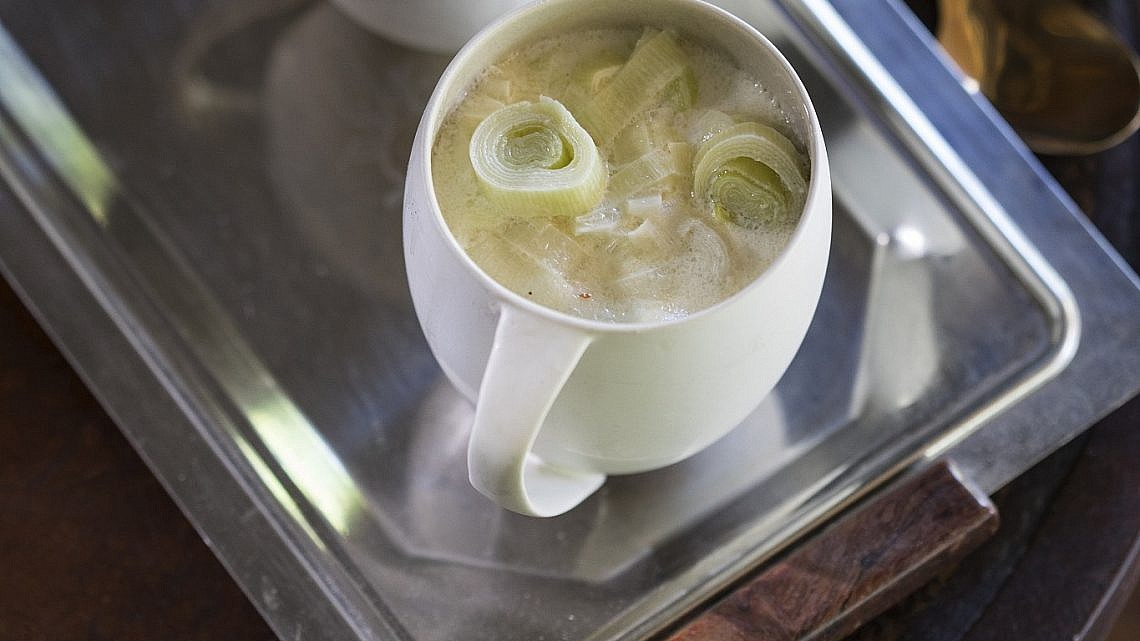 מרק כרשה וגבינה מותכת בסגנון צפון אירופאי של תום פרנץ. צילום וסטיילינג: אפיק גבאי