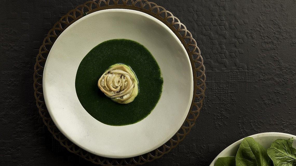 פרח שישברק ממולא פטה במרק תרד וחמציץ של נוף עתאמנה אסמעיל. צילום: דניאל לילה