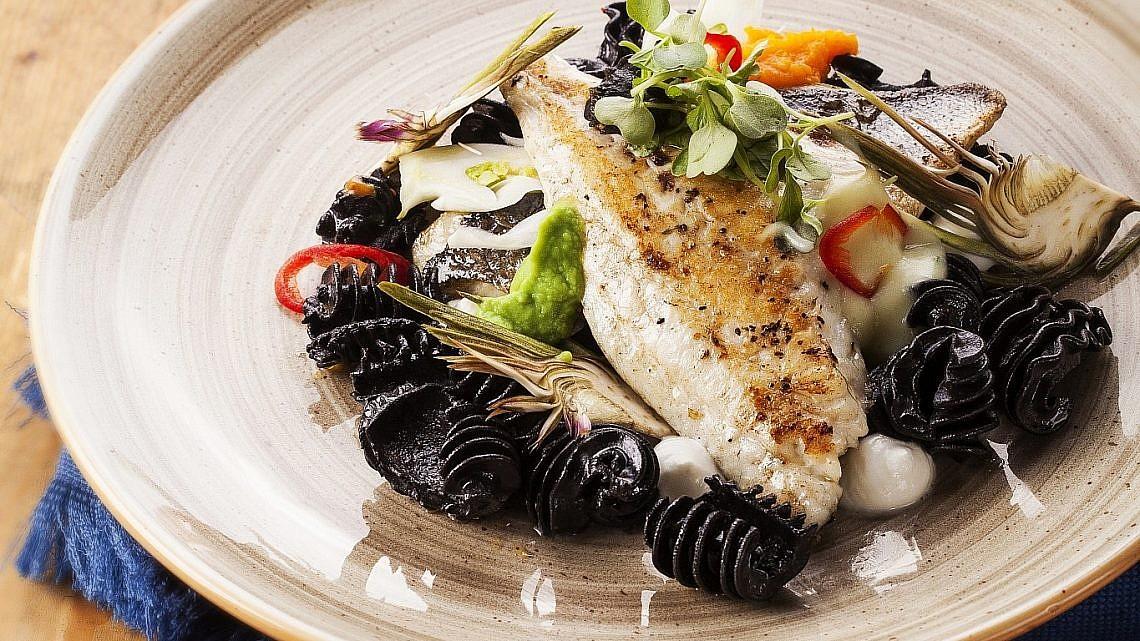 פילה דניס על מצע פסטה שחורה של מסעדת מוברשם. צילום וסטיילינג: אפיק גבאי