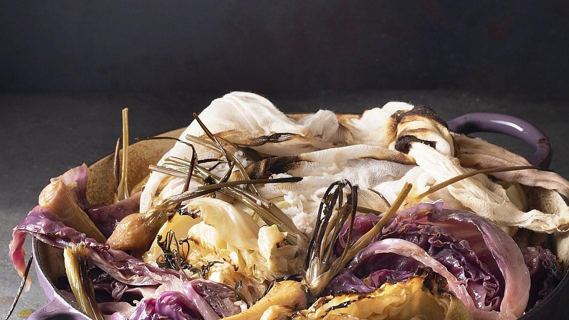 תבשיל כרוב אדום ולבן עם כרשות, שורשים ויין של רינת צדוק. צילום: דניאל לילה