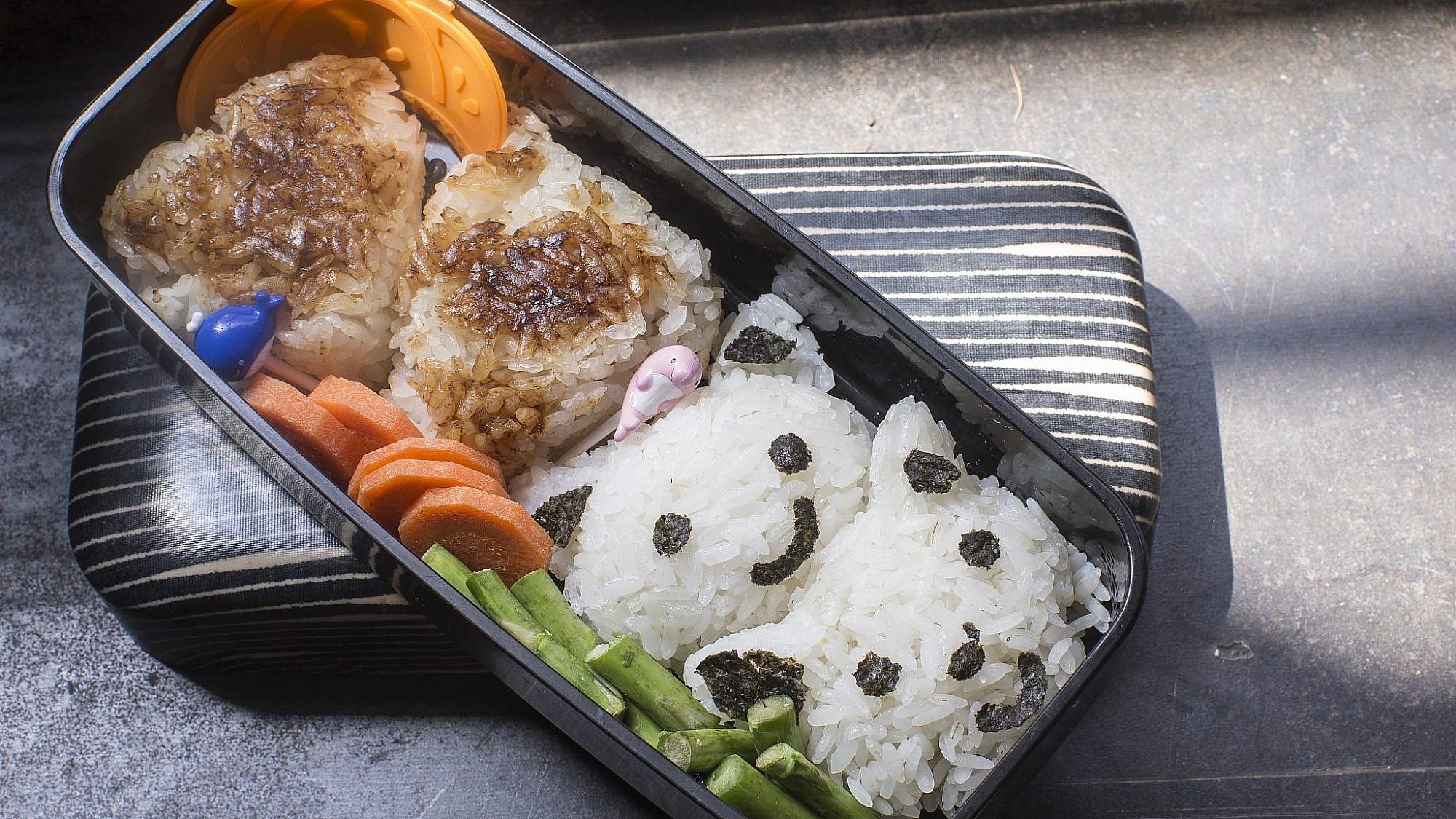 כדורי אורז קלויים בסגנון יפני של גליה דור. צילום: רמי זרנגר
