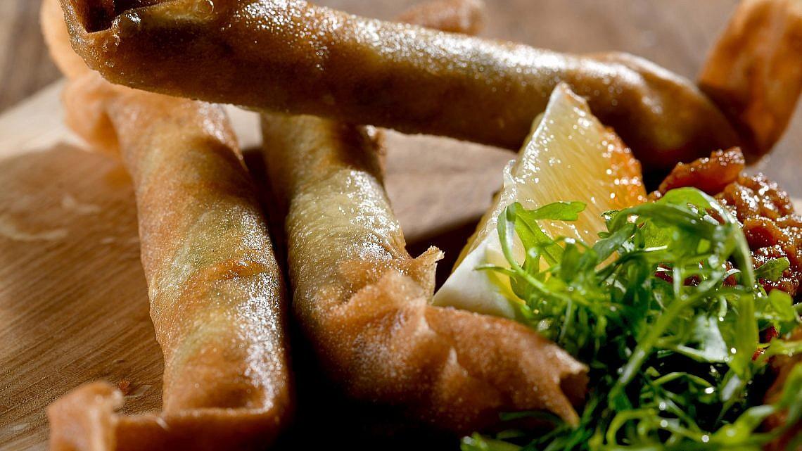 סיגר קולסלאו עוף עם מטבוחה וצ'ירצ'י של שפים אליעזר מזרחי ואורי נבון ממחניודה. צילום: רן בירן
