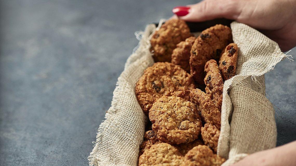עוגיות קוואקר, צימוקים ותבלינים של שף-קונדיטורית נעמה שטייר. צילום: אנטולי מיכאלו. סטיילינג: ענת לבל