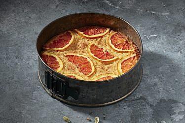 עוגת סולת, קוקוס ותפוזים של שף-קונדיטורית נעמה שטייר. צילום: אנטולי מיכאלו. סטיילינג: ענת לבל
