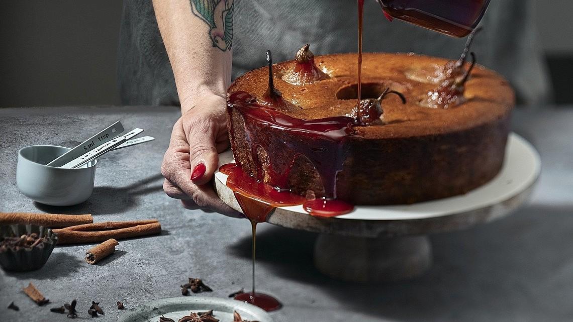 עוגת תמרים, אגסים ותבלינים טבעונית של שף-קונדיטורית נעמה שטייר. צילום: אנטולי מיכאלו. סטיילינג: ענת לבל