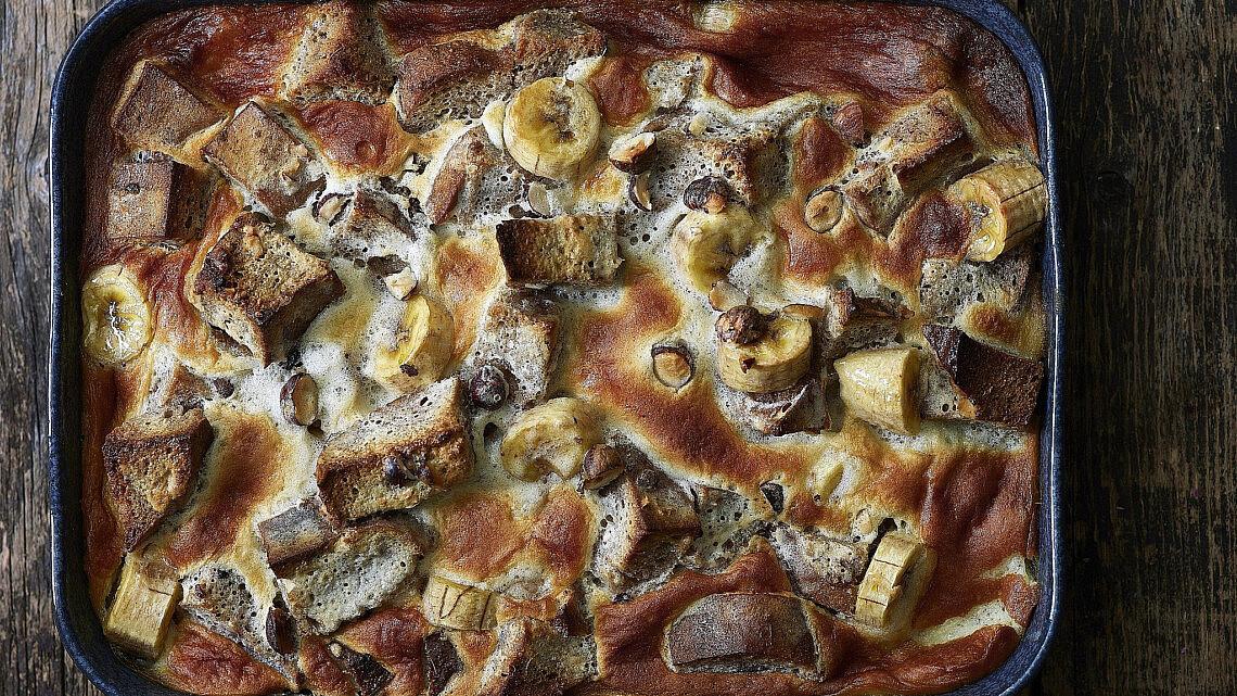 ברד פודינג בננה, צ'אי ואגוזי לוז של שף-קונדיטורית נעמה שטייר. צילום: אנטולי מיכאלו. סטיילינג: ענת לבל