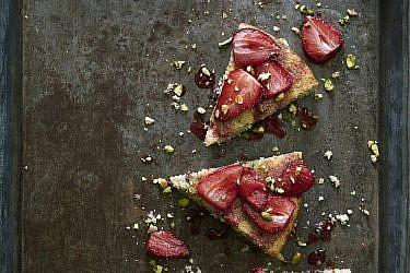 עוגת קוקוס, פיסטוקים, חמוציות, וניל והכל עם תותים צלויים של שף-קונדיטורית נעמה שטייר. צילום: אנטולי מיכאלו. סטיילינג: ענת לבל
